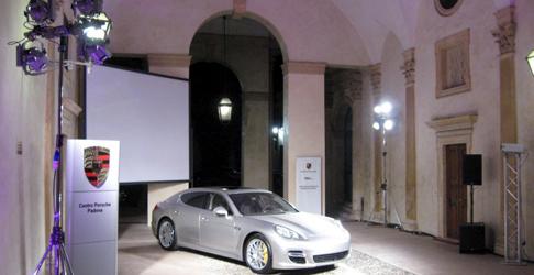 Maxi schermi cinematografici per esposizione auto Porsche