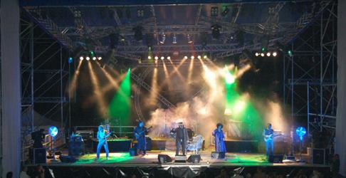 Montaggio copertura e palco per concerto a Verona all'aperto