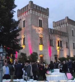 Allestimento illuminotecnico per festa aziendale all'esterno di un castello medioevale