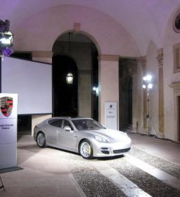 Mega schermo per esposizione Porsche Padova