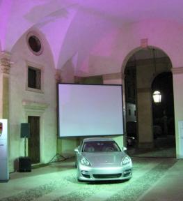 Allestimento grande schermo per esposizione Porsche Padova