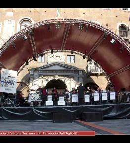 Allestimento copertura per palco modello ovale per manifestazione all'aperto (dimensioni m 13x8)