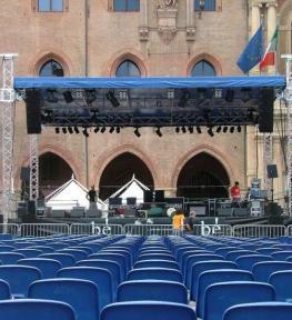 Montaggio palco per evento all'aperto e installazione copertura