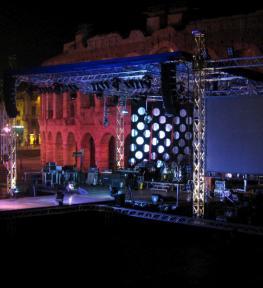 Mega struttura con palco e copertura per manifestazione musicale