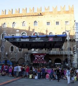 Montaggio copertura per palco per X-Factor