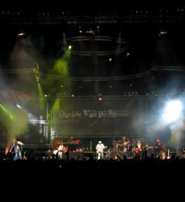 Eurotour service luci con effetti speciali per concerti Davide Van De Sfroos