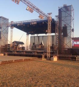 Montaggio schermi a led su struttura con palco e copertura