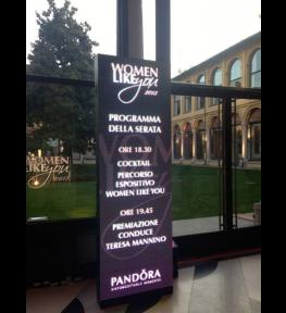 Installazione schermo led per evento Pandora Women like you