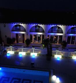 Allestimento servizio illuminotecnica LED per matrimonio in bianco e blu