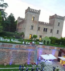 Allestimento luci per matrimonio in estate al Castello di Bevilacqua